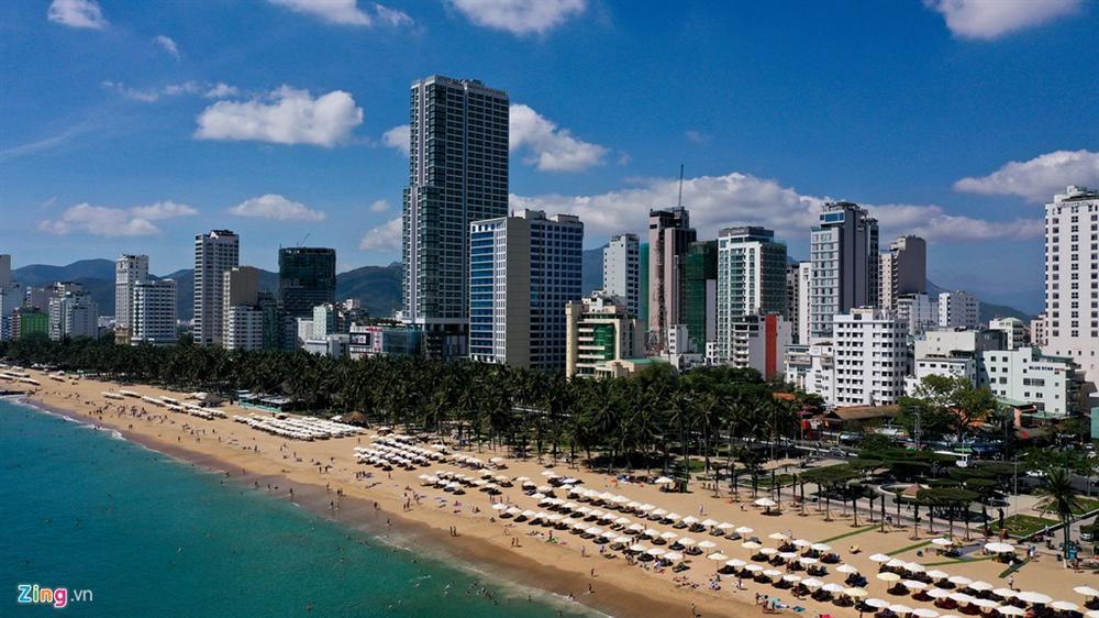 Hàng nghìn người tắm biển Nha Trang giữa cao điểm dịch-1