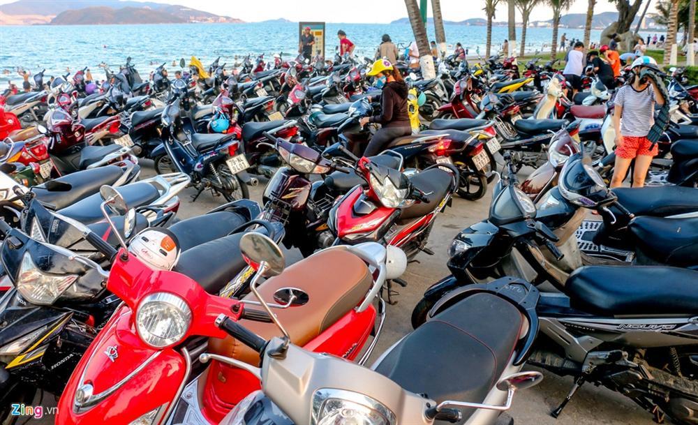 Hàng nghìn người tắm biển Nha Trang giữa cao điểm dịch-11