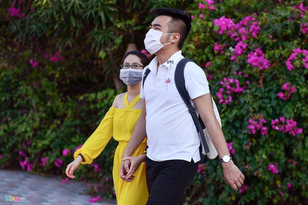 Hàng nghìn người tắm biển Nha Trang giữa cao điểm dịch-12