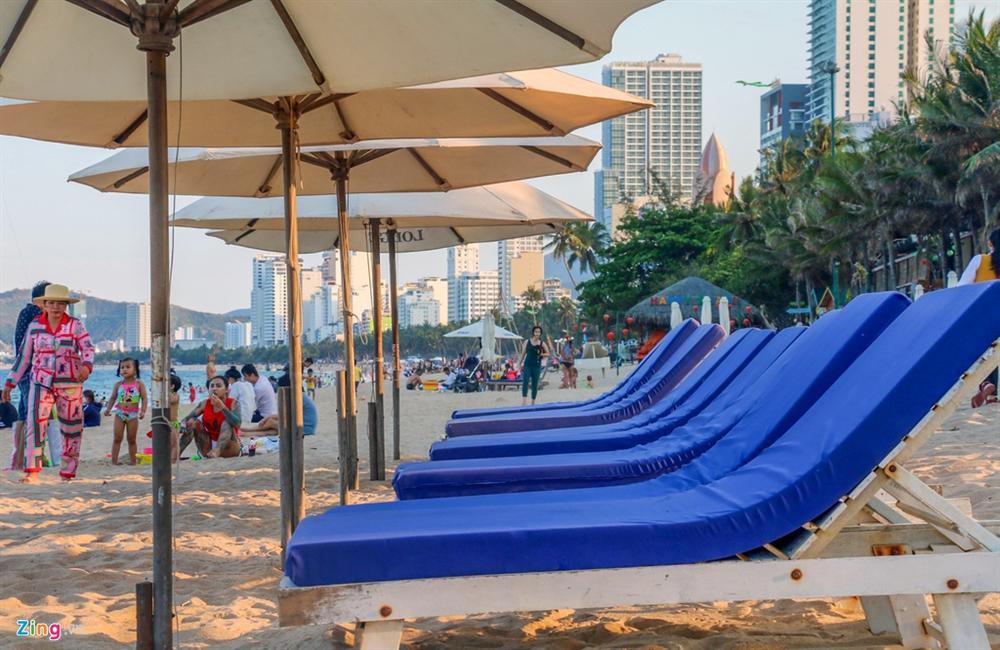 Hàng nghìn người tắm biển Nha Trang giữa cao điểm dịch-7