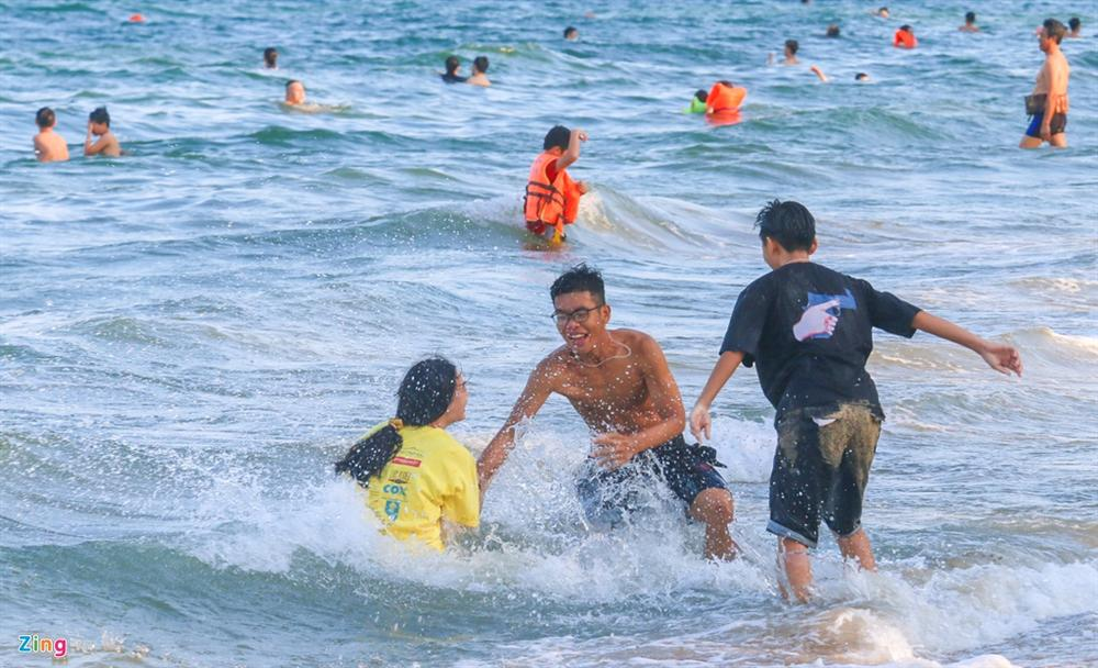 Hàng nghìn người tắm biển Nha Trang giữa cao điểm dịch-8