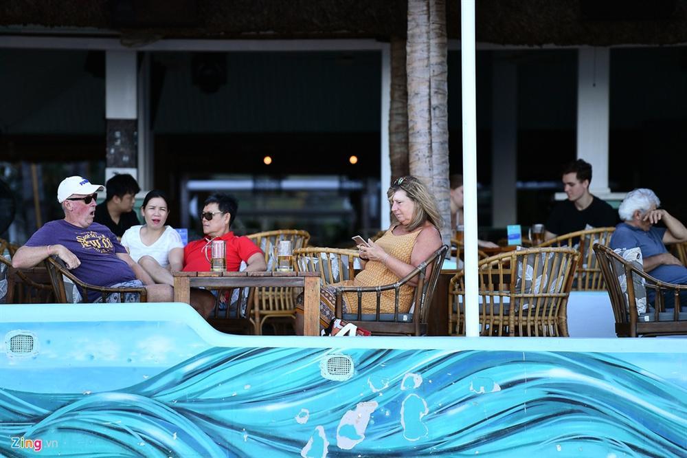 Hàng nghìn người tắm biển Nha Trang giữa cao điểm dịch-9