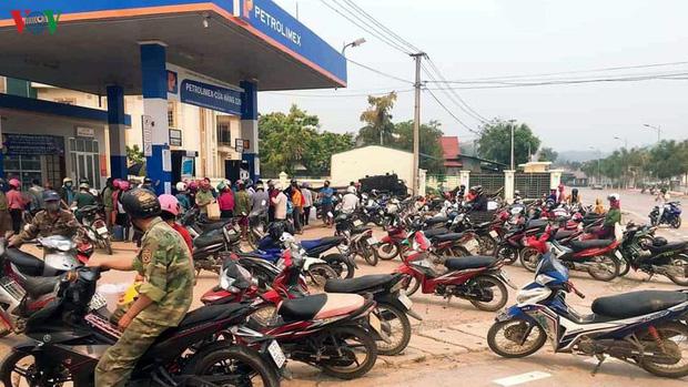 Lại thêm cảnh người dân ùn ùn đi mua xăng tích trữ bất chấp dịch Covid-19-2