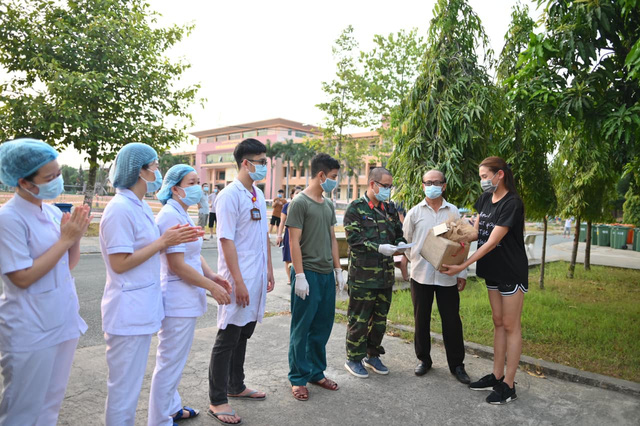 Võ Hoàng Yến quyên góp tiền ủng hộ công tác phòng chống dịch ở khu cách ly-1