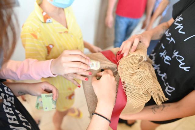 Võ Hoàng Yến quyên góp tiền ủng hộ công tác phòng chống dịch ở khu cách ly-2