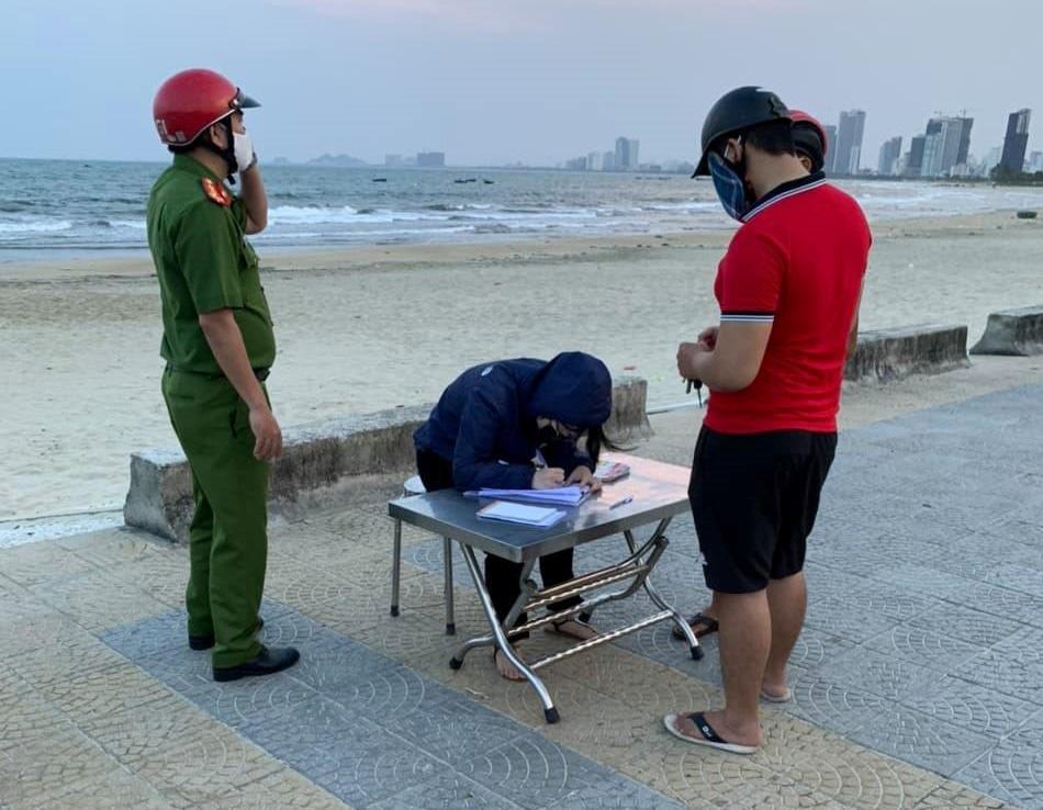 Thêm 12 người bị xử phạt vì không đeo khẩu trang nơi công cộng ở Đà Nẵng-1