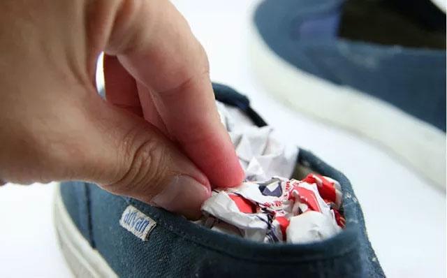 Giày hôi khiến bạn mất tự tin, xử lý đơn giản nhờ những thứ có sẵn trong nhà-3