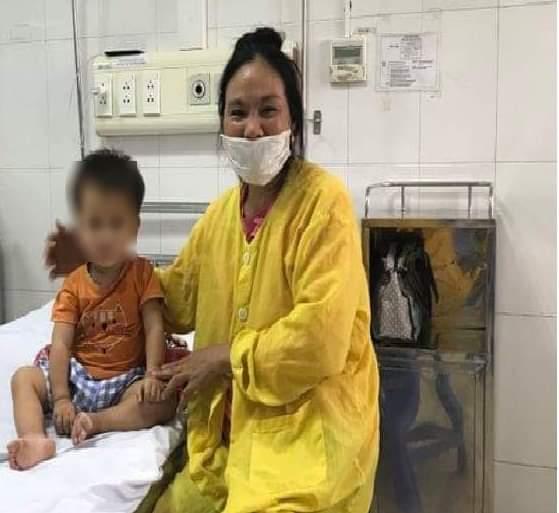 Bé gái 2 tuổi phải nhập viện vì uống nhầm thuốc diệt chuột có màu đỏ giống lọ siro-2