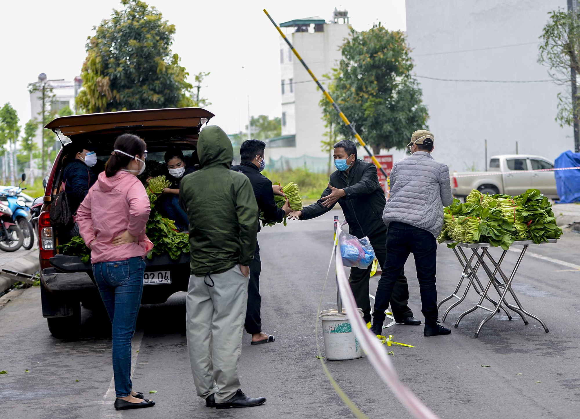 [Ảnh] Tiếp tế 350kg rau cho khu chung cư gần 1.000 dân cách ly ở Hà Nội-3