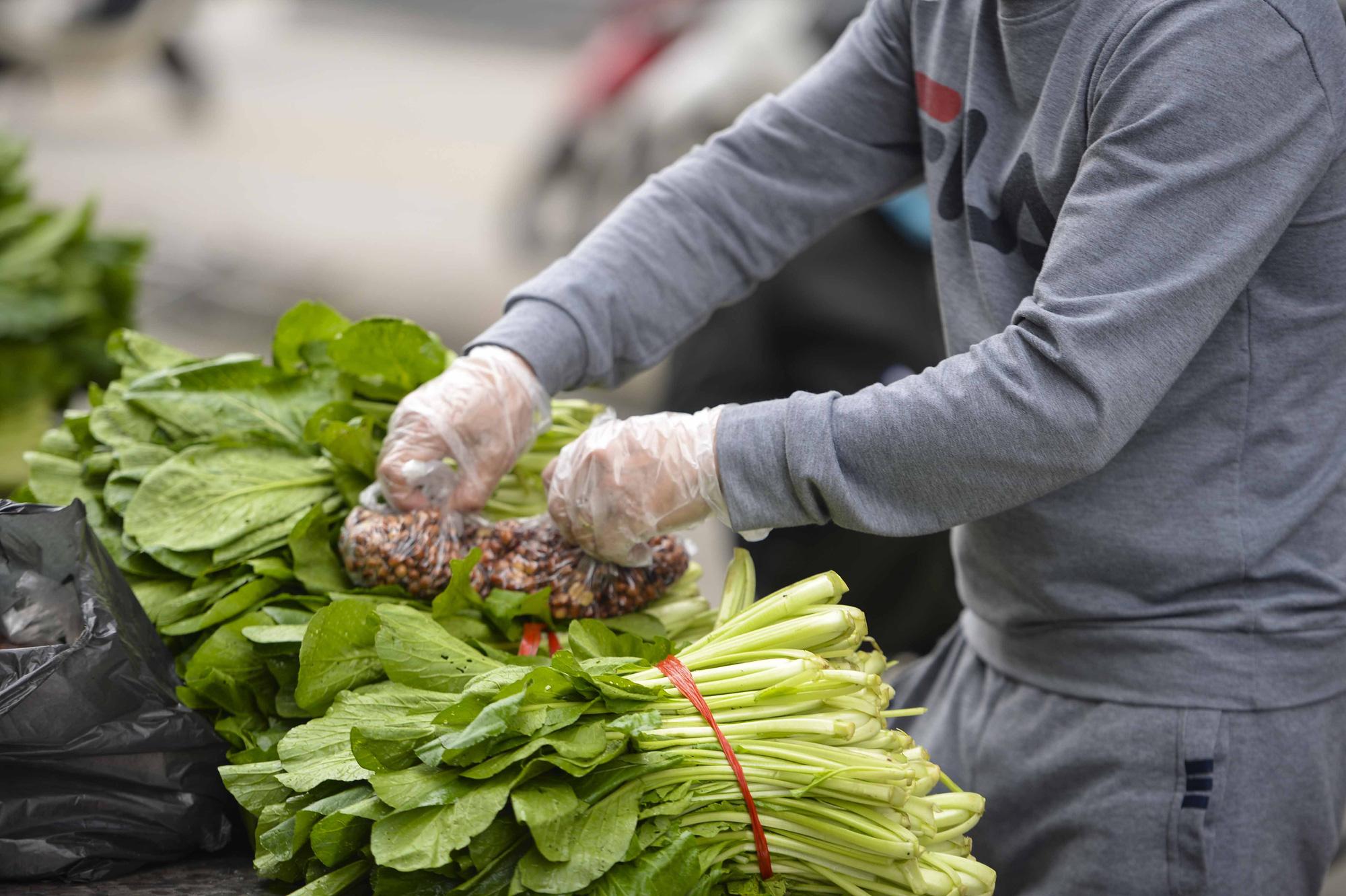 [Ảnh] Tiếp tế 350kg rau cho khu chung cư gần 1.000 dân cách ly ở Hà Nội-10
