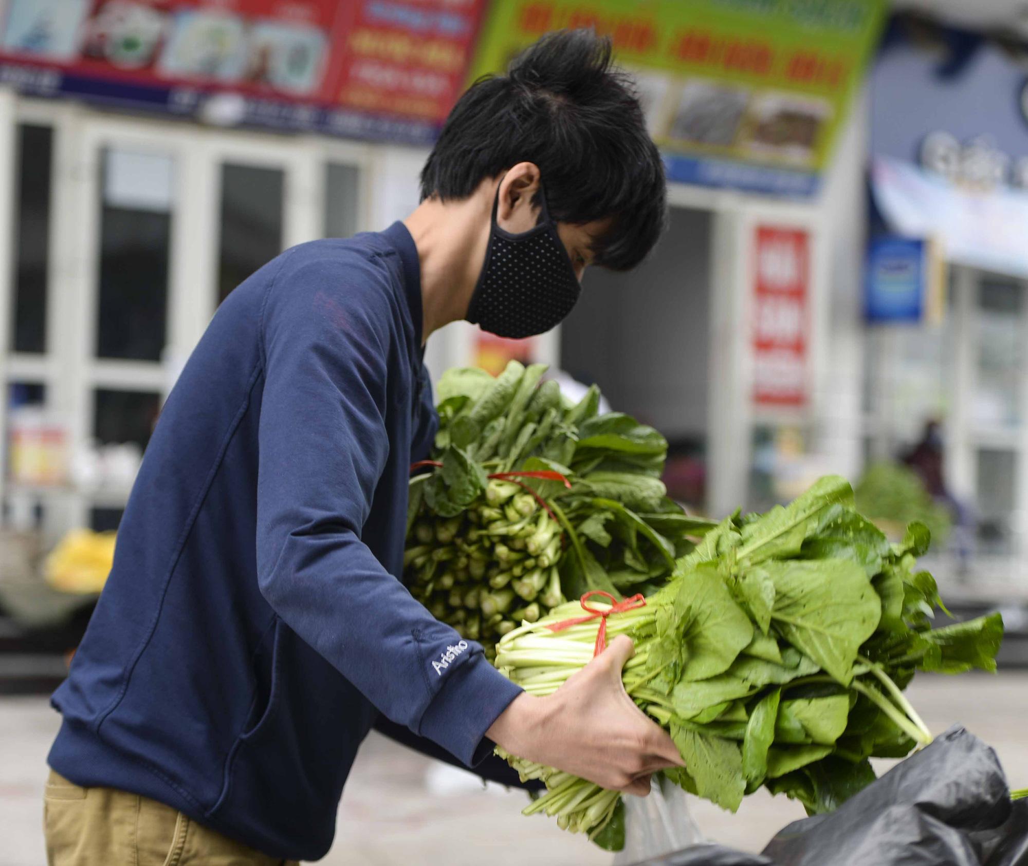 [Ảnh] Tiếp tế 350kg rau cho khu chung cư gần 1.000 dân cách ly ở Hà Nội-9