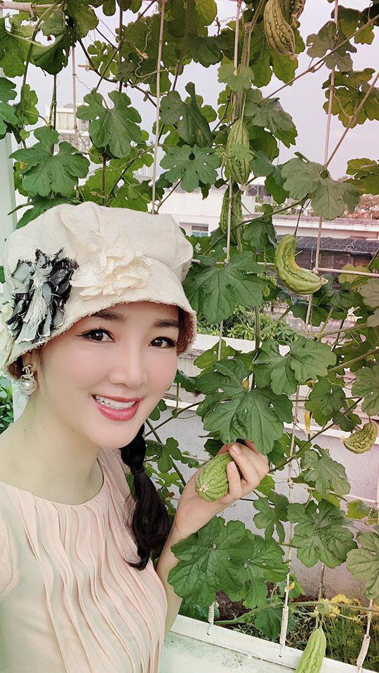 Hoa hậu Giáng My trồng rau và hoa quanh biệt thự trong lúc ở nhà trốn Covid-19-1