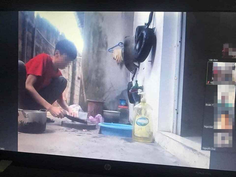 Đang học online thì bị mẹ bắt đi nấu cơm, nam sinh hồn nhiên làm hành động lạ khiến cả thầy lẫn trò ôm bụng cười-1