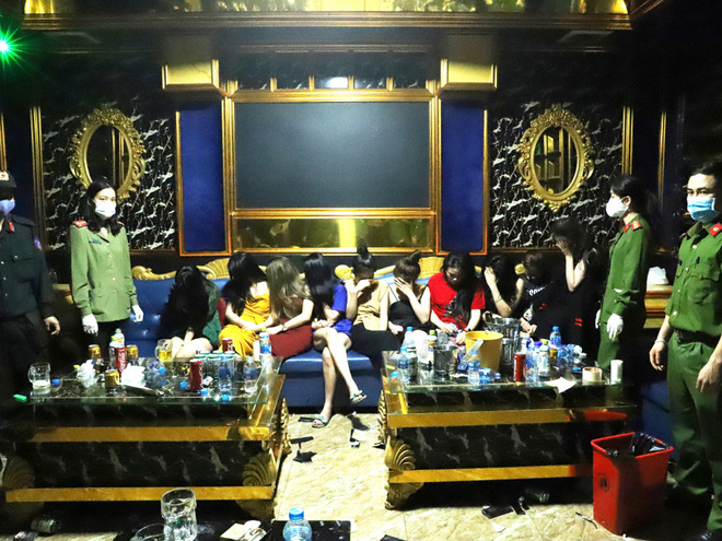Vụ 76 nam nữ bay lắc trong quán karaoke treo biển đóng cửa: Khởi tố 2 dân chơi-1