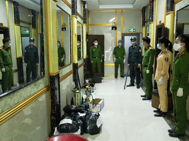 Vụ 76 nam nữ bay lắc trong quán karaoke treo biển đóng cửa: Khởi tố 2 dân chơi-2