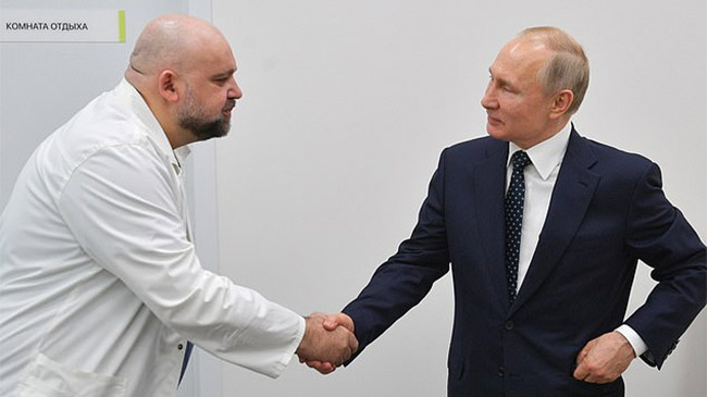 TT Putin bắt tay, trò chuyện trực tiếp với bác sĩ vừa bị nhiễm Covid-19