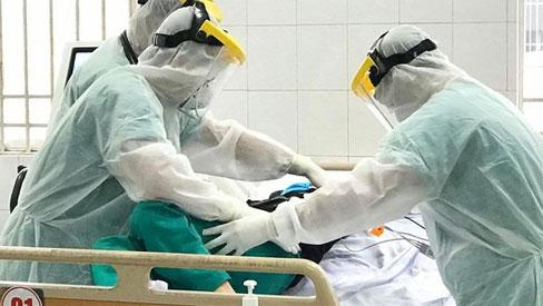 Một bệnh nhân dương tính virus SARS CoV -2 phải dùng máy thở