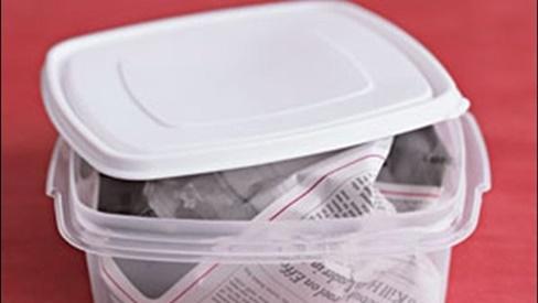 Vo tròn tờ báo bỏ vào hộp nhựa, kết quả thu được ngày hôm sau khiến ai cũng muốn học theo