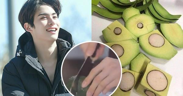 """Nam idol """"bổ"""" quả bơ vuông vức như khúc gỗ khiến fan muốn… độn thổ, nhưng dân tình lại chú ý tới một đặc điểm của chiếc dao """"thần kỳ"""""""