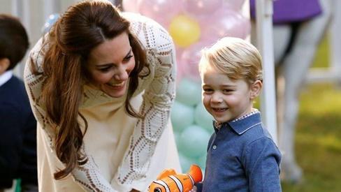 Bật mí lý do sâu xa khiến Công nương Kate luôn phải ngồi xuống mỗi khi các Hoàng tử, Công chúa