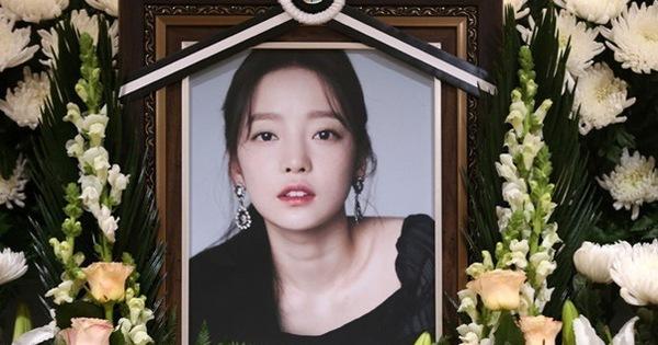 Lời kể của anh trai Goo Hara: Mẹ ruột vui vẻ xin chụp ảnh với người nổi tiếng trong đám tang con gái