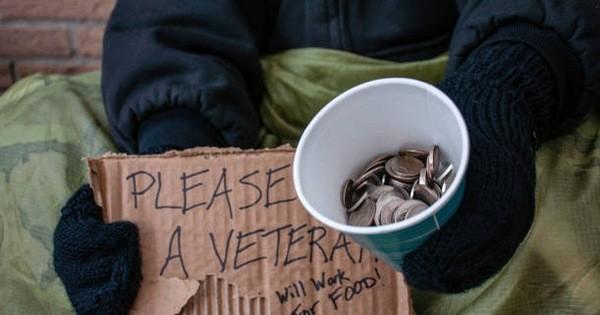 Nhìn thấy 1 vật quý giá trong chiếc bát, người ăn xin đưa ra quyết định giúp ông đổi vận