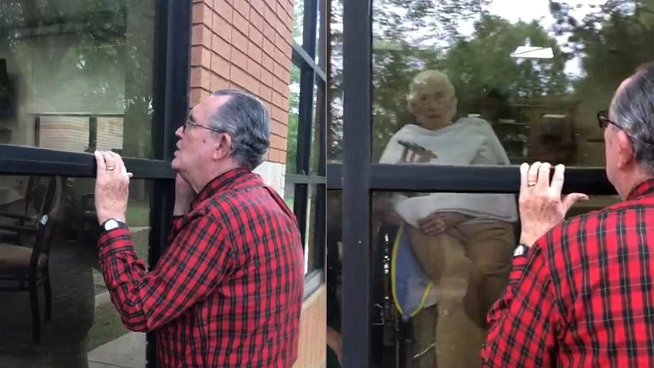 Cảm động: Cụ ông hát cho cụ bà nghe qua cửa kính viện dưỡng lão