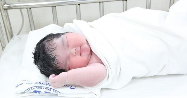 Hình ảnh đáng yêu của bé gái sơ sinh nặng kỷ lục 6kg mới chào đời sáng nay tại Trung tâm Sản Nhi Phú Thọ