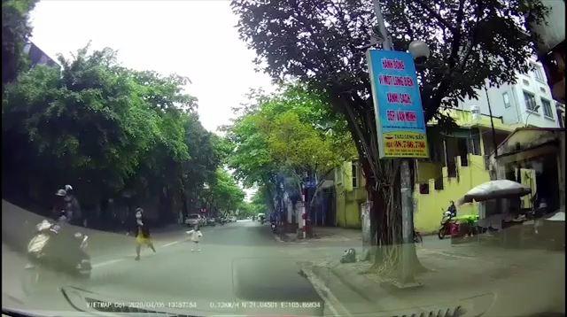 Màn cướp giật dây chuyền táo tợn ngay giữa phố Hà Nội