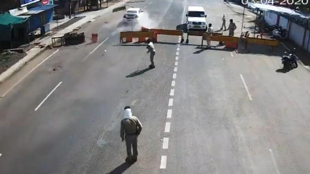 Khoảnh khắc cảnh sát ném gậy vào ô tô cố vượt qua chốt phong tỏa