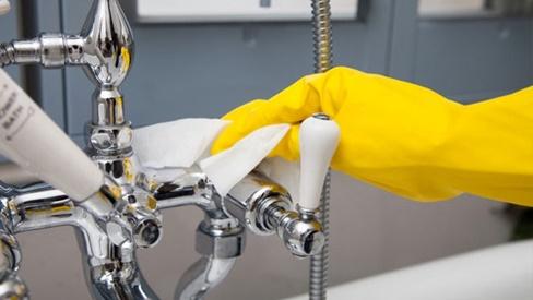 Không cần nước tẩy nồng nặc hóa chất, với thứ này kẽ nhà tắm sạch ngay sau 5 phút