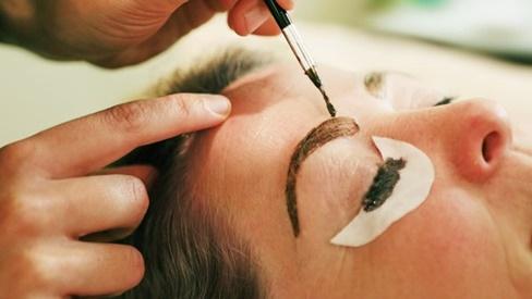 Cách xóa xăm lông mày phổ biến nhất hiện nay