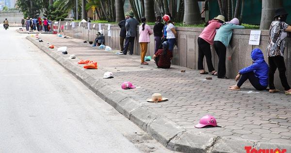Người dân đặt gạch xếp hàng dài để đợi vào siêu thị 0 đồng ở Hà Nội