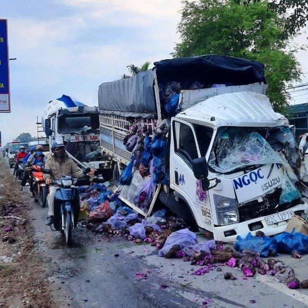 Giải cứu 3 tài xế mắc kẹt trong cabin sau vụ tai nạn giao thông liên hoàn