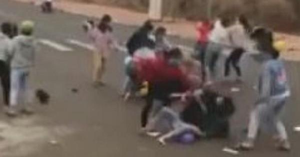 Nhóm nữ sinh túm tóc, đánh nhau kinh hoàng, nam sinh reo hò cổ vũ ở Bình Phước