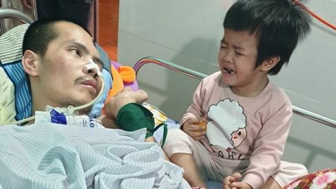 Mẹ bỏ đi, bé 3 tuổi khóc nghẹn bên người cha sống thực vật
