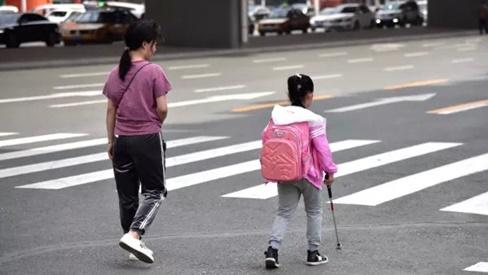 Con gái bị mù, bà mẹ nghèo âm thầm làm 1 việc suốt 5 năm khiến ai nấy bật khóc vì tình mẫu tử cao cả