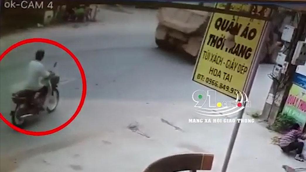 Xe máy sang đường sau đuôi xe ben bị xe tải tông văng
