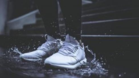 Đi mưa về, hãy làm điều này ngay để giữ giày không bị hôi và nhà lại sạch đẹp