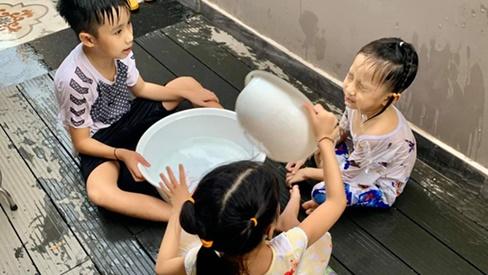 Cậu út nhà Ốc Thanh Vân hứng trọn thau nước từ cô chị, trông thì tội nhưng ai cũng thôi kệ sau khi biết được sự tình