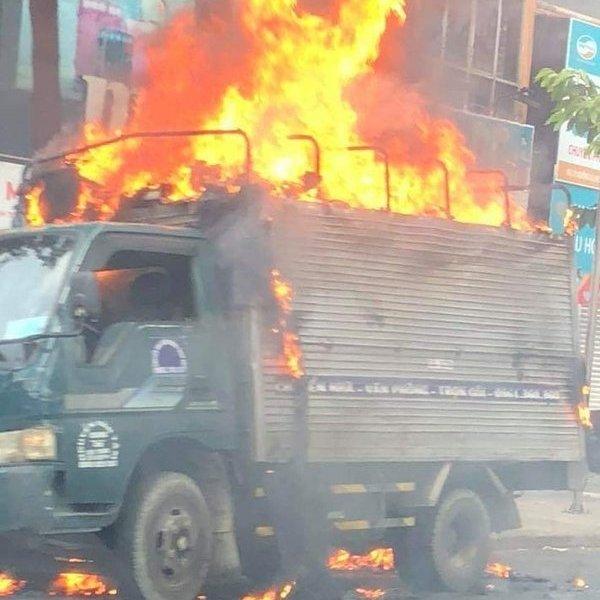 Xe tải đang lưu thông bất ngờ bốc cháy, tài xế bung cửa thoát chết trong gang tấc