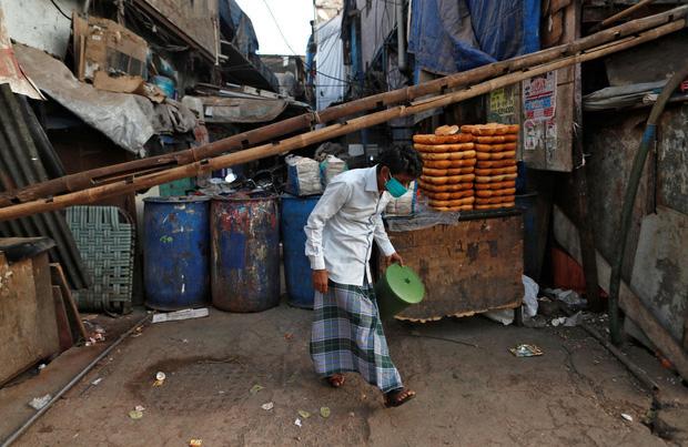 Lỗ hổng chết người trong khu ổ chuột lớn nhất đất nước 1,3 tỷ dân: Cả triệu người sinh sống, nhưng chỉ vài trăm được xét nghiệm Covid-19                         -2
