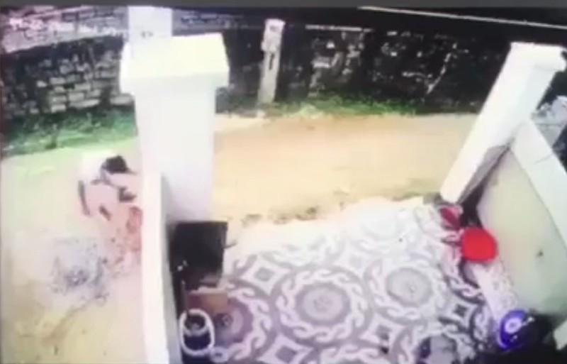 Tài xế ở Nghệ An lùi xe cán chết bé trai, nhẫn tâm bê xác phi tang rồi xóa vết máu bằng đất-3