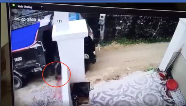 Tài xế ở Nghệ An lùi xe cán chết bé trai, nhẫn tâm bê xác phi tang rồi xóa vết máu bằng đất-1