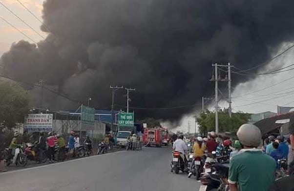 Cháy công ty sản xuất bao bì và may mặc, ước tính thiệt hại hàng tỷ đồng-1