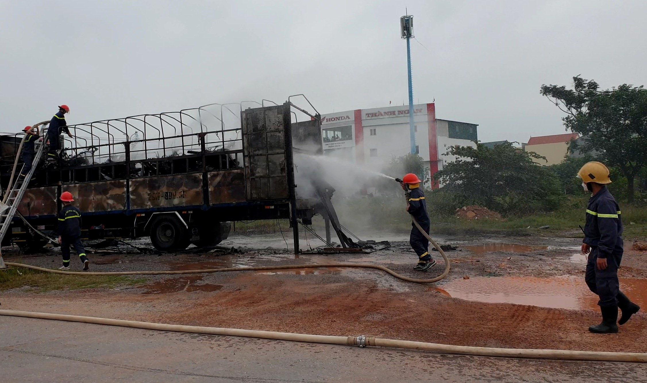 Hàng chục xe máy trên thùng xe tải bị lửa thiêu rụi hoàn toàn-1