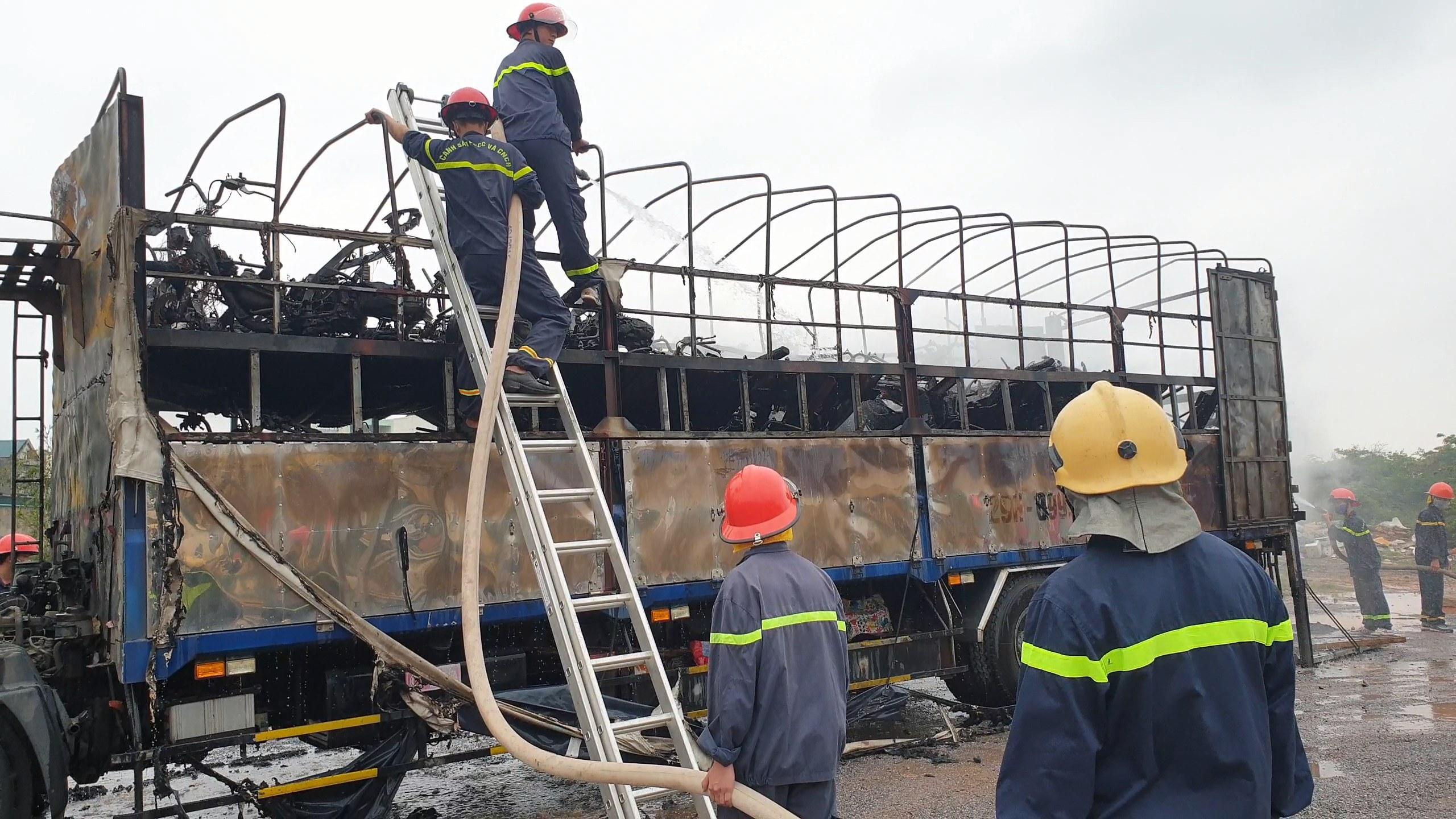 Hàng chục xe máy trên thùng xe tải bị lửa thiêu rụi hoàn toàn-2