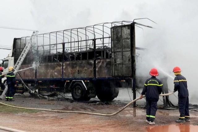 Xe tải bốc cháy dữ dội khiến hàng chục xe máy trên thùng trơ khung-1