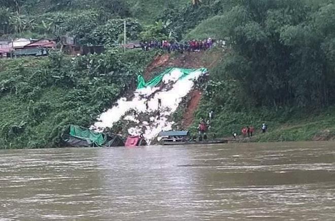 Xe chở hàng chục tấn gạo lao xuống sông, tài xế may mắn thoát chết-1