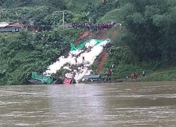 Xe chở hàng chục tấn gạo lao xuống sông, tài xế may mắn thoát chết